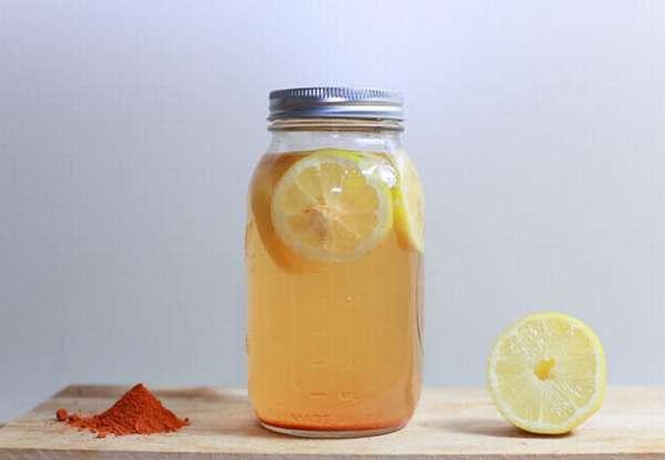 Банка с водой и лимоном