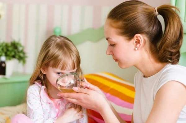 Поскольку при кашле ребенок часто потеет, важно восполнять потерю жидкости в его организме.
