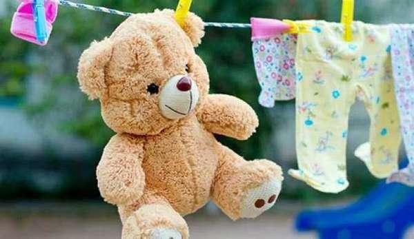 Чтобы не заразить других членов семьи, важно провести дезинфекцию во всем дома, а также перестирать постельное белье, вещи, мягкие игрушки ребенка.