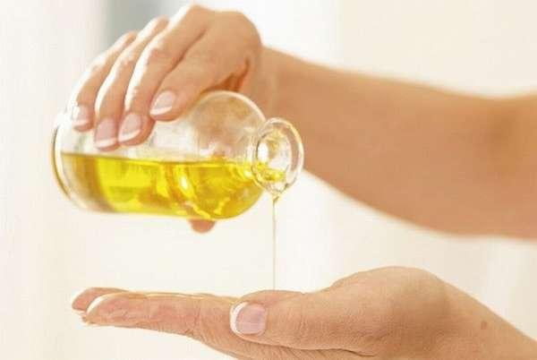 Чтобы сделать ткани более эластичными, можно делать массаж промежности со специальным маслом.