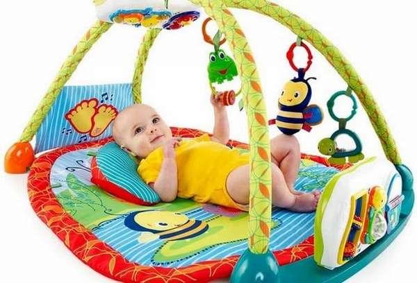 некоторым деткам нравится бодрствовать на развивающем коврике.
