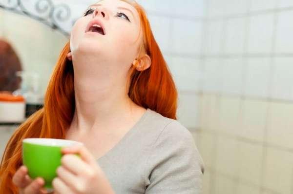 Полоскание горла тоже хорошо помогает при ангине во время беременности.