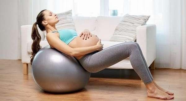 Популярностью пользуется у беременных и йога с мячом.