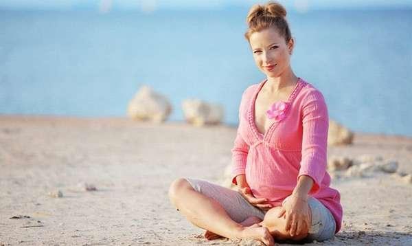 Собираясь на пляж в интересном положении. не забудьте взять перекус, воду, а также солнцезащитный крем.
