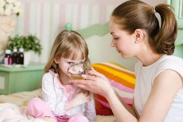 После АКДС ребенку нужно давать побольше пить, а еду предлагать более легкую.