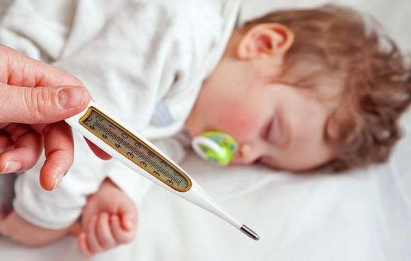если у малыша температура, его обязательно надо показать врачу.