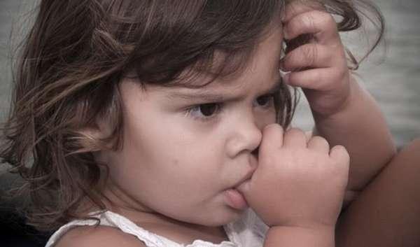 Поскольку сосание пальца действуют успокаивающе, малыш прибегает к этому методу в стрессовых ситуациях.