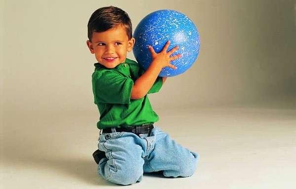 Деткам обычно нравится зарядка с мячиком.