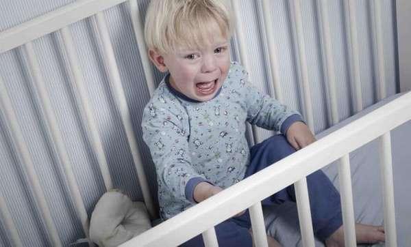 Наверняка многих родителей интересует, как научить грудничка засыпать самостоятельно в кроватке.