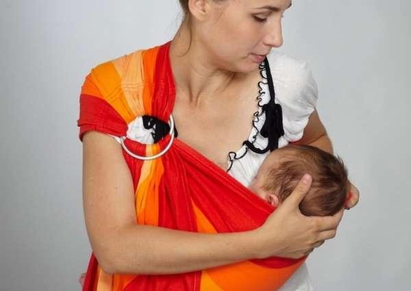 Многим мамам нравиться пользоваться слингом.
