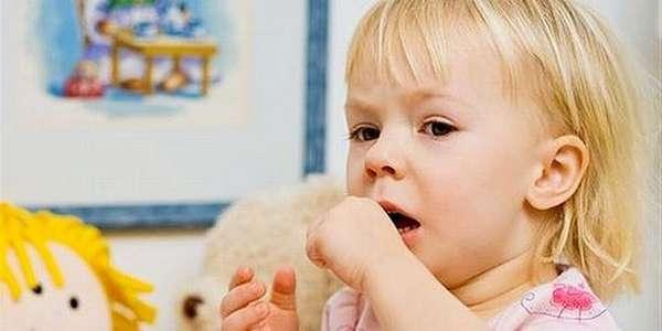 Сильный влажный кашель у ребенка может носить приступообразный характер.