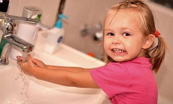 В целях профилактики важно приучить малыша всегда мыть руки перед едой и после прихода с улицы.