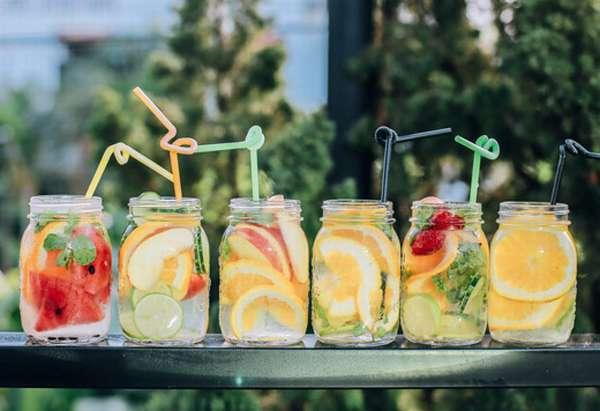 фруктовые напитки в стаканах