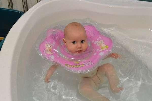 А некоторые родители предпочитают купать малышей в большой общей ванне, но тогда на них надевают специальный круг.