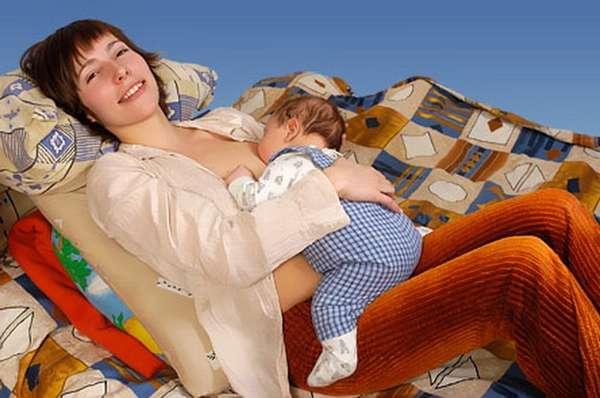 Удобные позы для кормления новорожденных