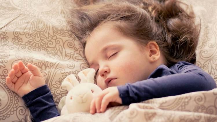 Игрушка это тоже хороший способ, как научить ребенка засыпать самому.