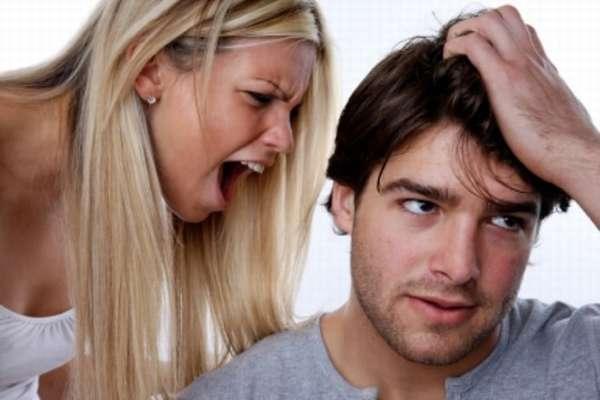 Нервная женщина кричит на мужчину
