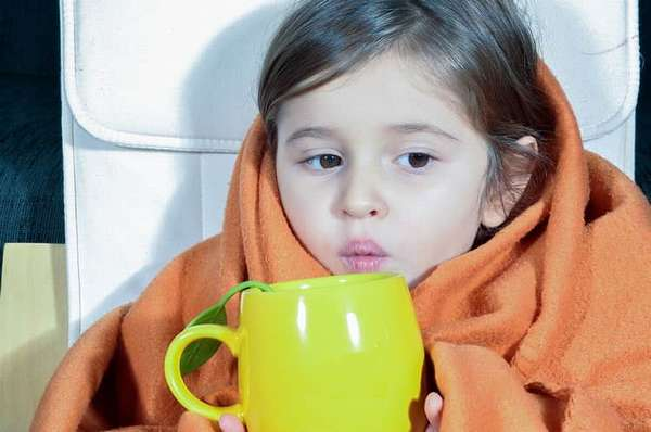 Антибиотики при кашле у детей без температуры применять не надо, лучше отдать предпочтение теплому питью и другим профилактическим мерам.