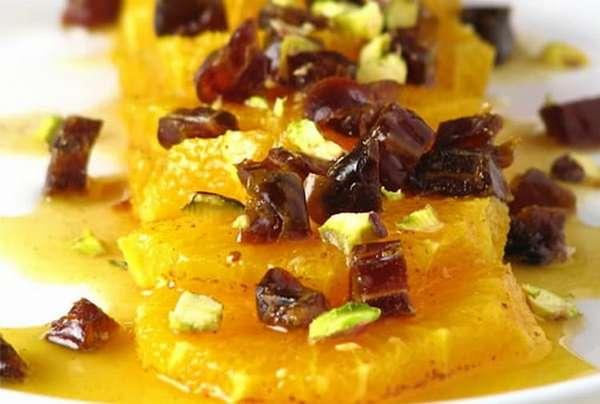 Можно приготовить полезный и вкусный десерт на основе сухофруктов и апельсина.