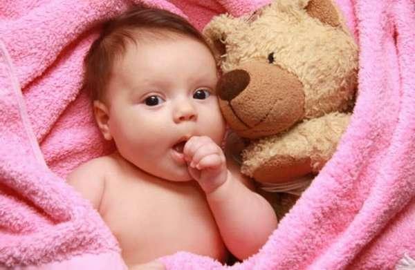 Одним из вариантов, что делать, если шелушится кожа у новорожденного, является купание в отварах трав, а также воздушные ванны.