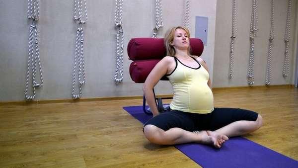 Этот вид йоги подразумевает использование дополнительных предметов на занятиях.