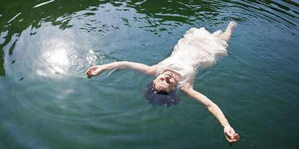Женщина купается в водоёме с бактериями