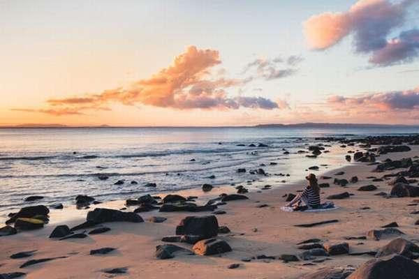 Океан и отдыхающий человек