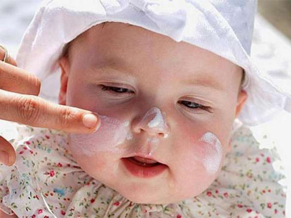 Летом можно использовать специальные детские солнцезащитные кремы.