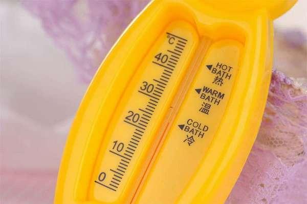 Температура воды для купания новорожденного малыша не должна быть слишком холодной, закаливание проводят постепенно.