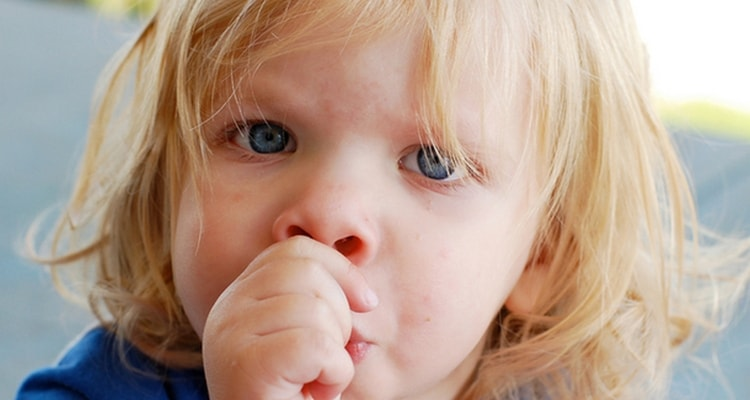 Сосание пальца становится настоящей проблемой, если ребенок все еще делает это в возрасте двух, а то и трех лет.