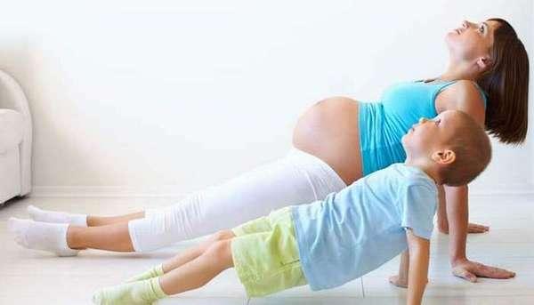небольшая зарядка дома не помешает беременной. напротив, она поможет укрепить организм.