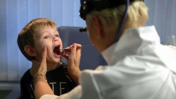 Диагностировать такой недуг сможет педиатр или ЛОР после осмотра.