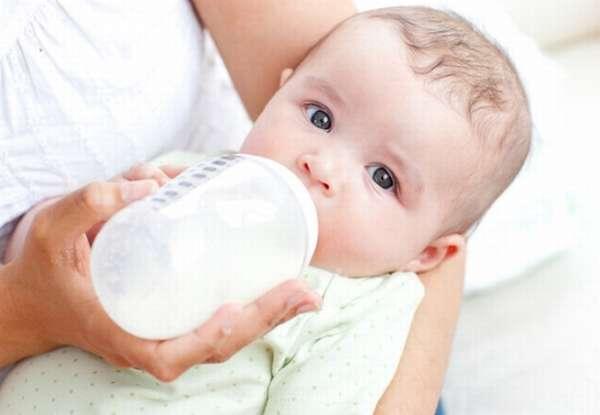 новорожденный ест смесь