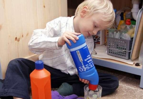 ребенок играет с бытовой химией