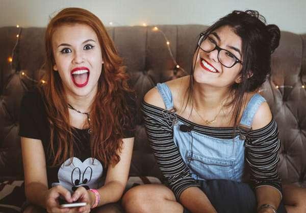 Две молодых девушки