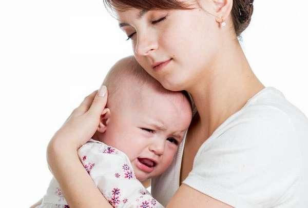 Поскольку сильный лающий кашель у ребенка очень часто вызывает панику, малыша надо постараться успокоить.