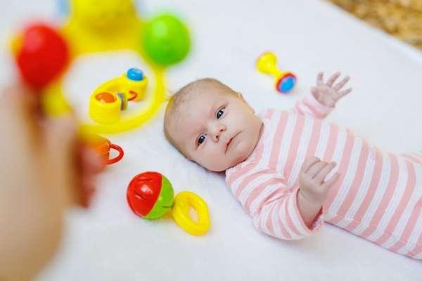 Чем ярче игрушка, тем больше вероятность, что кроха обратит на нее внимание.