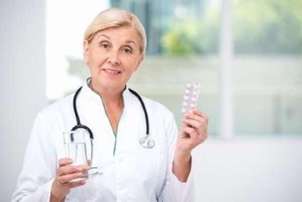 Врач с препаратами гормональной терапии