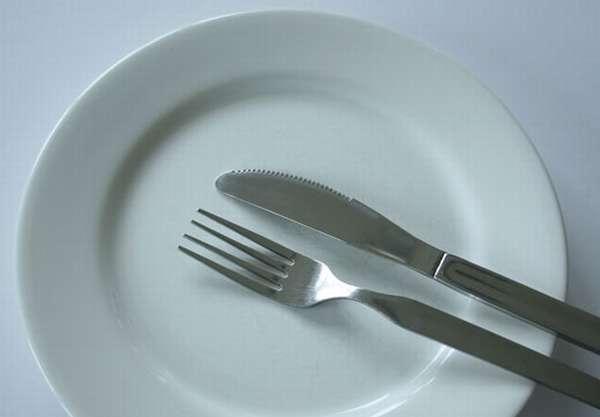 Пустая тарелка, вилка и нож