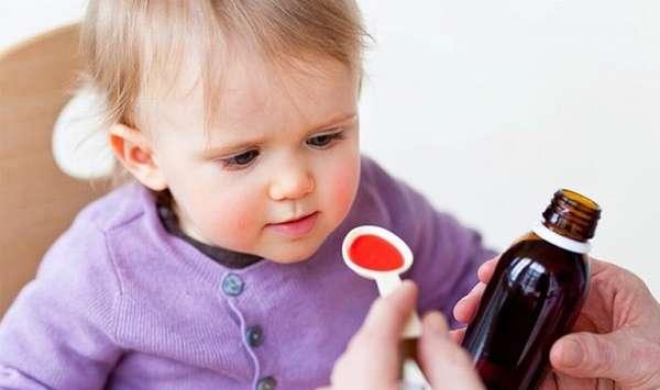 Только после обследования врач посоветует, чем лечить сухой лающий кашель у ребенка.