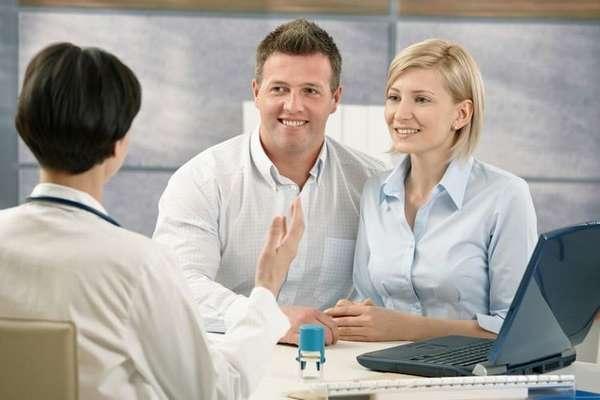Становиться на учет при ЭКО можно как в обычной поликлинике, так и специалиста, у которого пара проходила ЭКО.