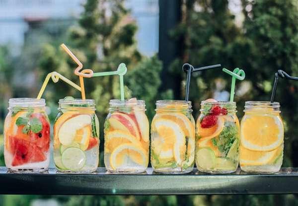 Вода в стакан с фруктами