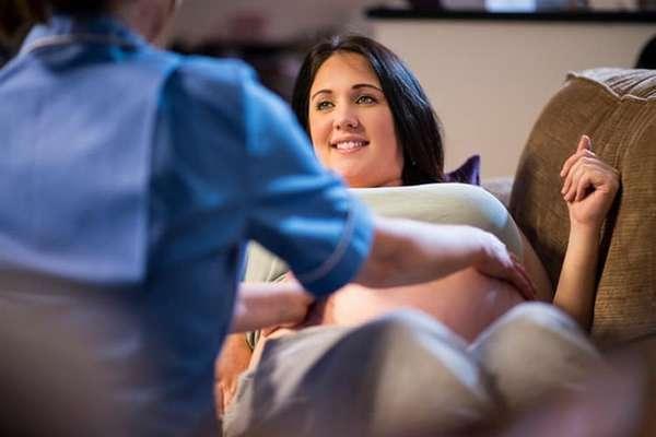 Если вы решились на роды дома в домашних условиях, очень важно подобрать действительно опытную и надежную акушерку.