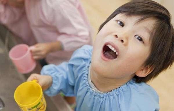 Эффективные народные средства от кашля у детей это полоскание горла травами, если кашель сухой.
