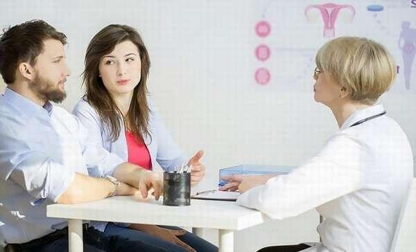 Врач-гинеколог принимает семейную пару