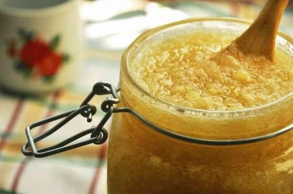 Измельченный лимон, настоянный с медом, хорошо помогает при мокром кашле.