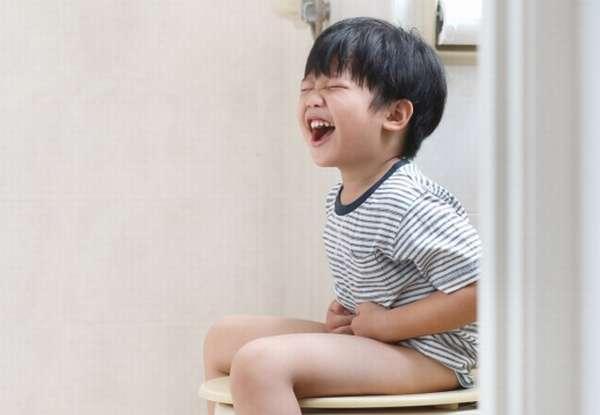 мальчик кричит на унитазе