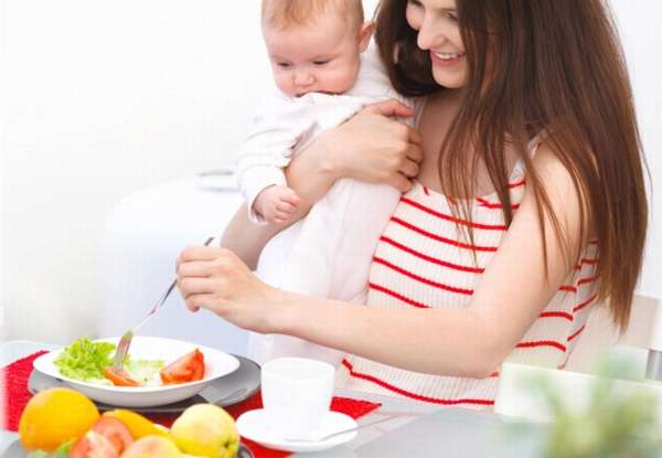 кормящая мама ест овощи