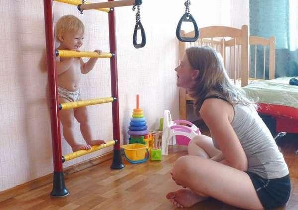 В зарядке для детей 2 лет можно задействовать лесенки.