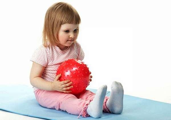 Веселую зарядку для детей можно делать с мячиком.